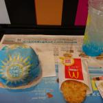 朝マック「チーズロコモコマフィン&マックフィズ」を食べてみた!新感覚!マフィンがソースの上を滑っていく!